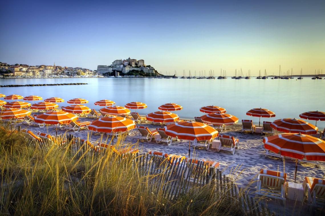 Calvi-strand-en-stad