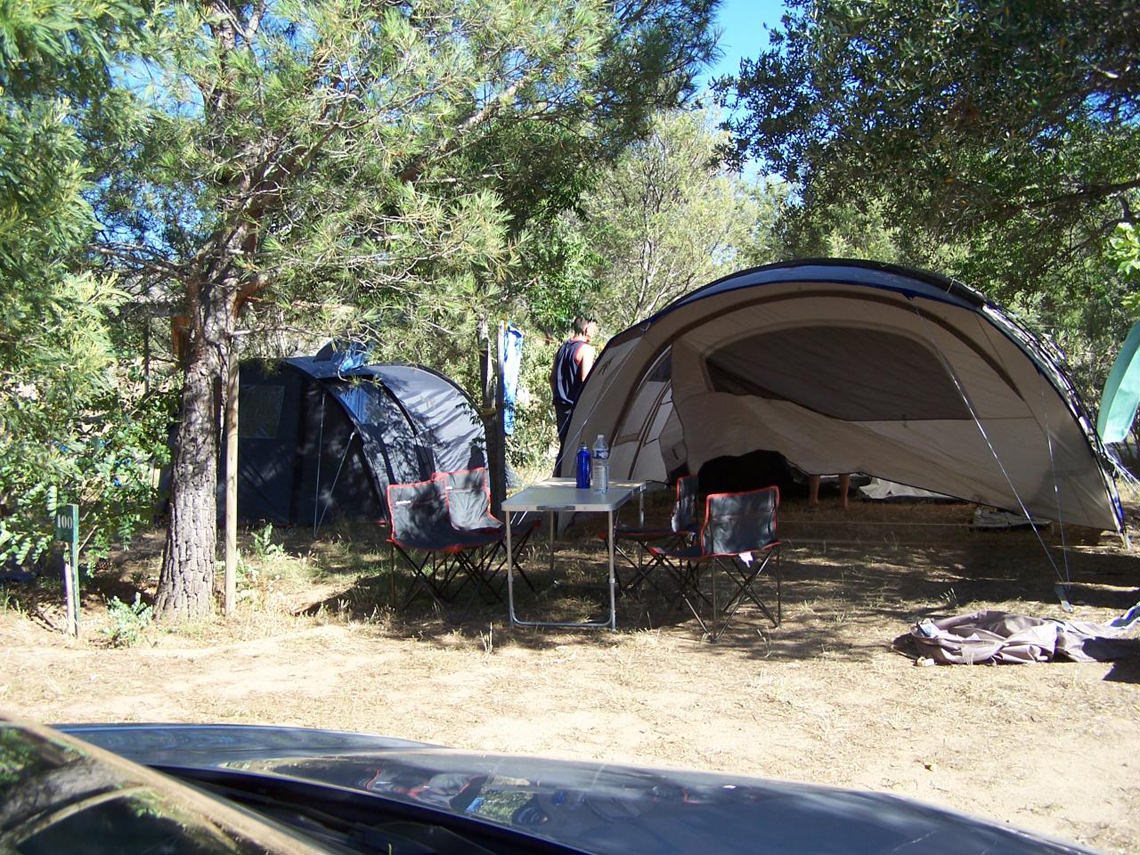 camping les oliviers omgeven door bossen en hoge rotsen. Black Bedroom Furniture Sets. Home Design Ideas