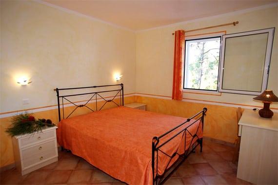 Camping-Perla-di-Mare-villa-slaapkamer