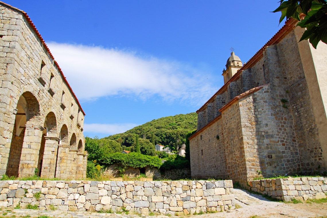 Corsica-het-eiland-voor-de-meest-diverse-zomervakantie-kerk-in-het-binnenland