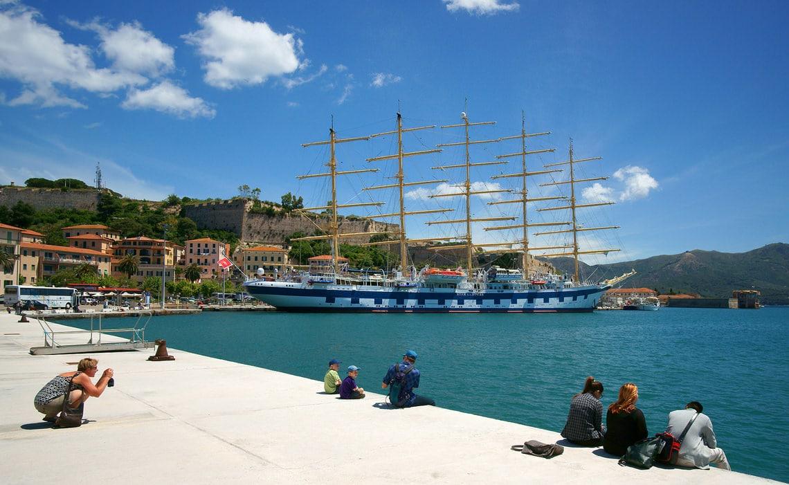De-koninklijke-klipper-in-de-haven-van-Portoferraio
