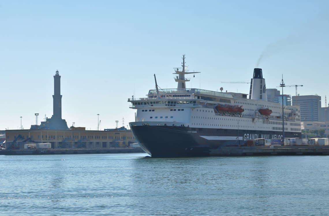 De-vuurtoren-haven-van-Genua-veerboot-naar-Corsica