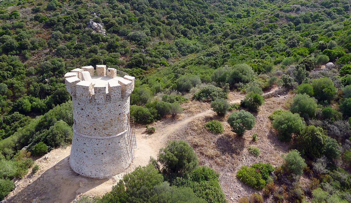 Genuese-toren-vlakbij-Serra-di-Ferro