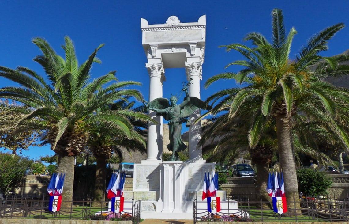 Het-plein-Christophe-Colomb-in-Calvi-foto-4