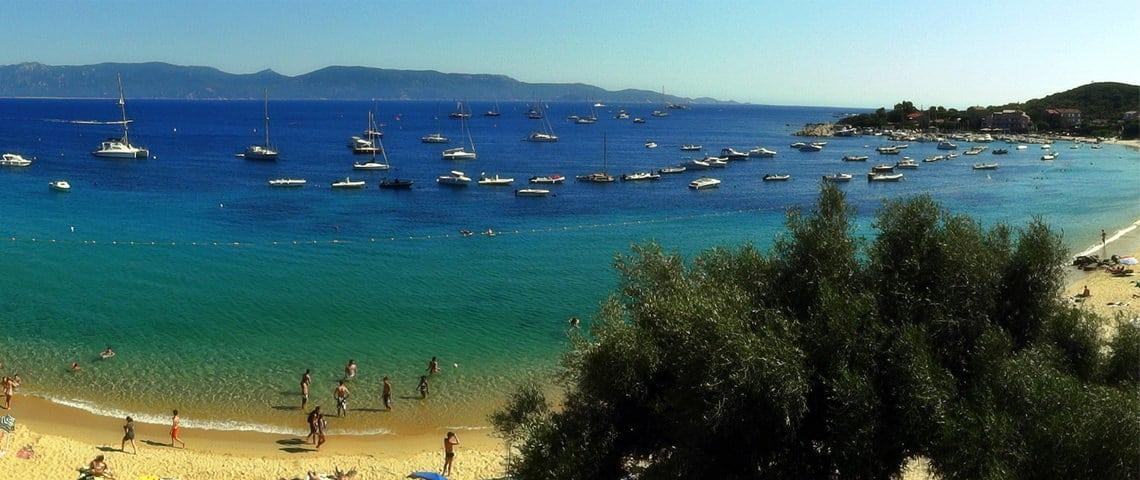 Het-strand-Porto-Pollo-vlakbij-Serra-di-Ferro