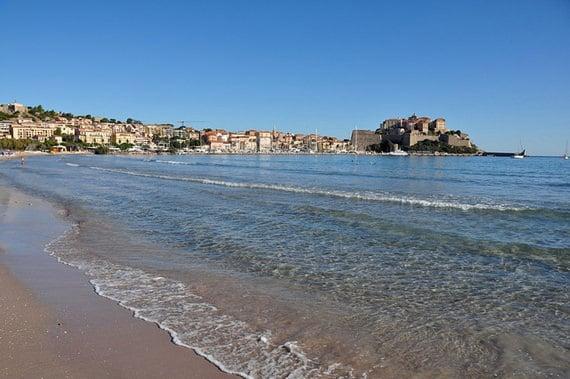Het-strand-van-Calvi-een-heerlijk-wit-strand-met-de-citadel