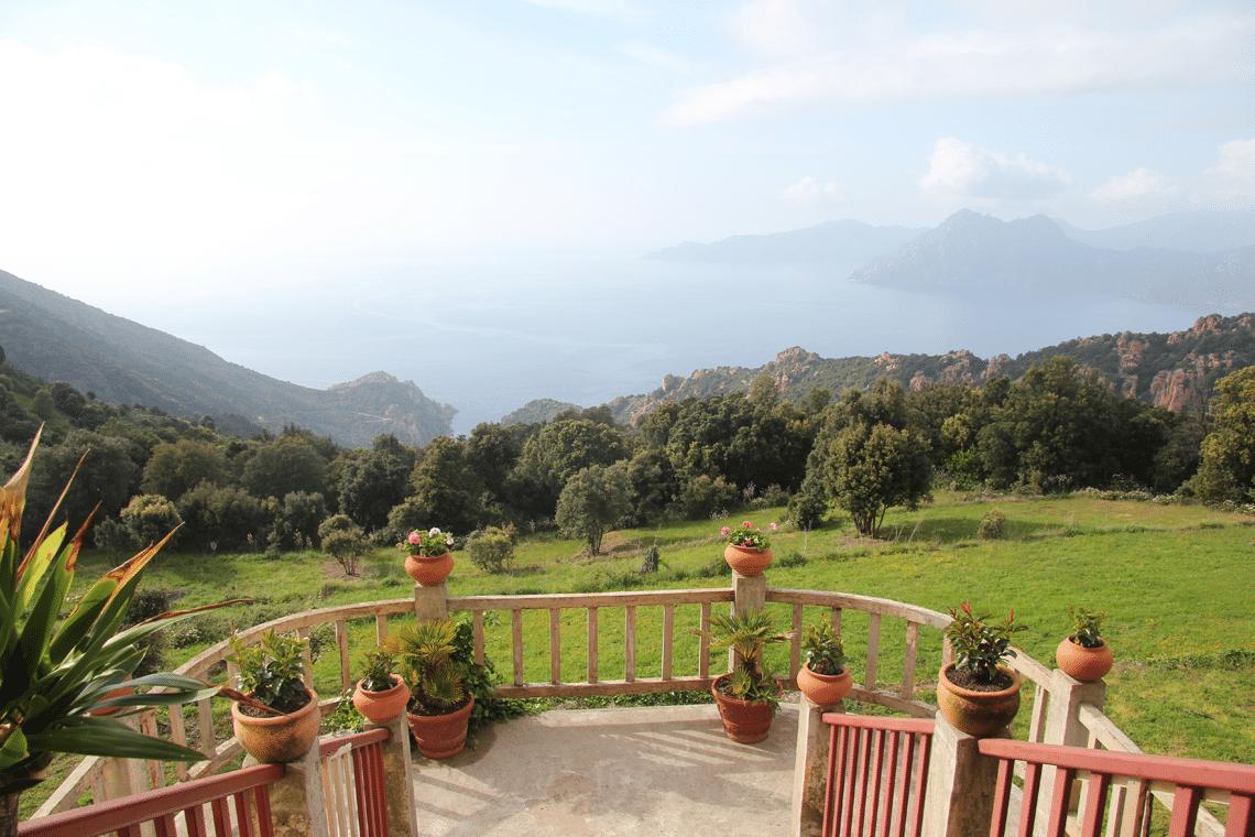 Hotel-Les-Roches-Rouges-Piana-Corsica-uitzicht-op-de-bergen