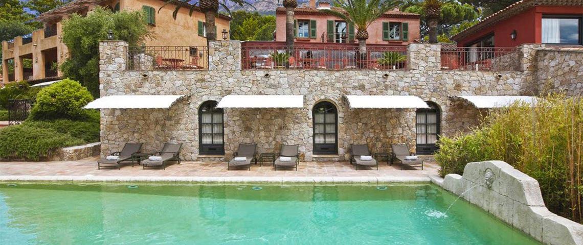 Ligbedden-en-luxe-hotel-Corsica-zwembad