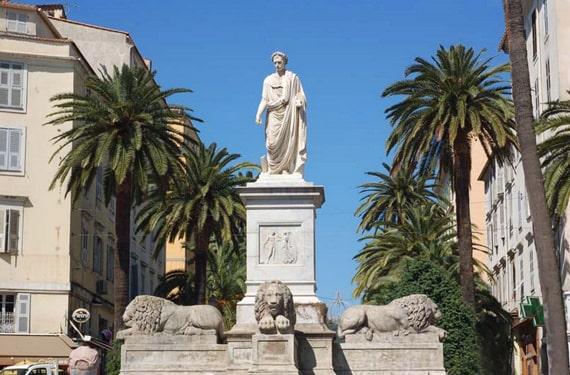 Napoleon-leeuwen-Rue-Bonaparte-standbeeld-ajaccio