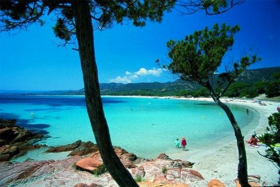 Palombaggia-met-kinderen-op-het-strand