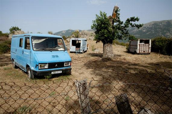 Parc-Naturel-de-la-Corse-afgelegen-vrachtwagens