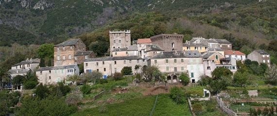 Pietracorbara-met-bergen-overzicht-dorp