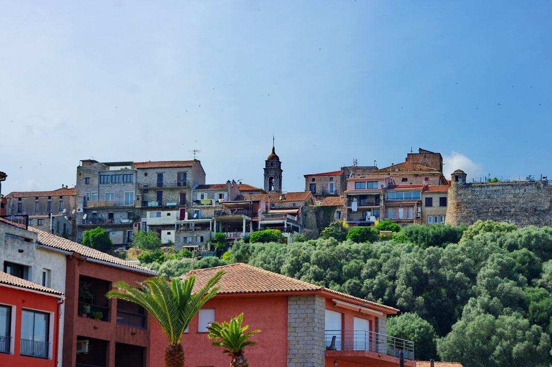 Porto-Vecchio-vanaf-een-afstand-en-kerk