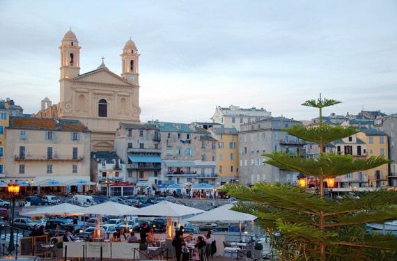 Quai-des-Martyrs-de-la-Liberation-Bastia-Corsica-achtergrond-st-jean-baptiste