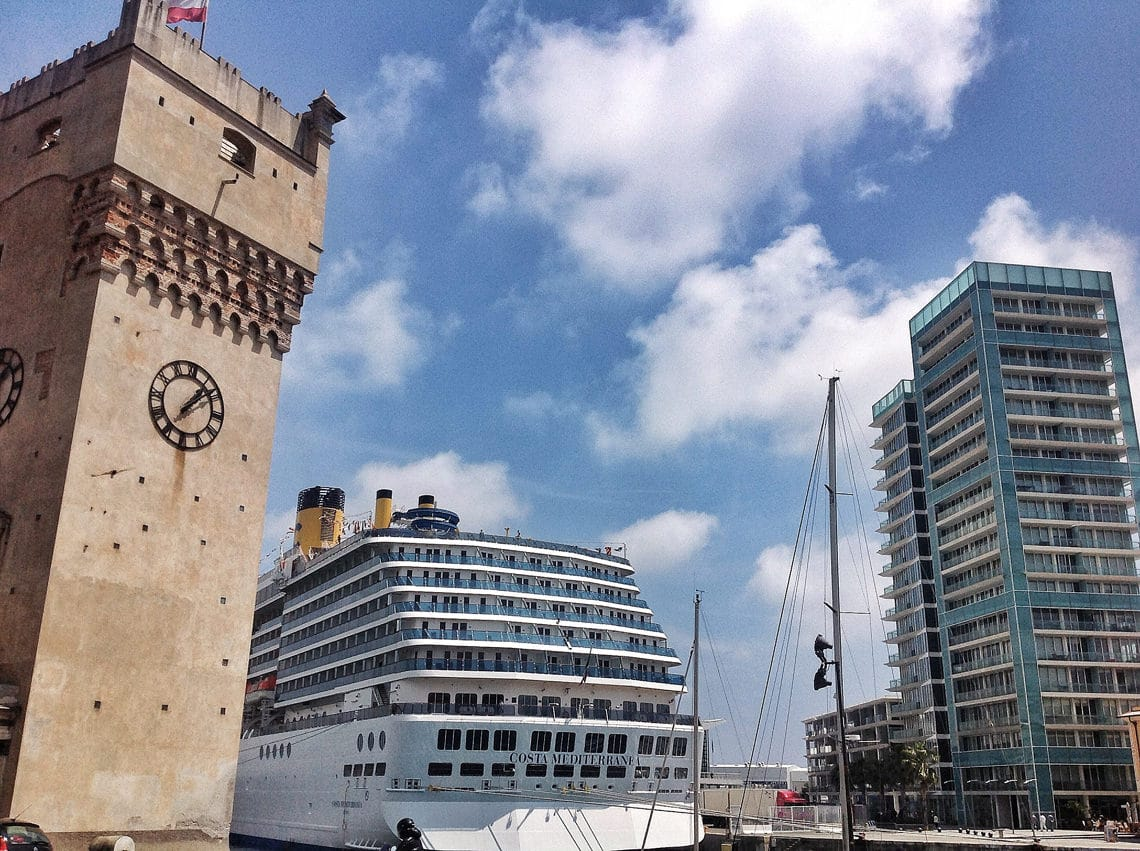 Veerboot-onder-toren-haven-Savona