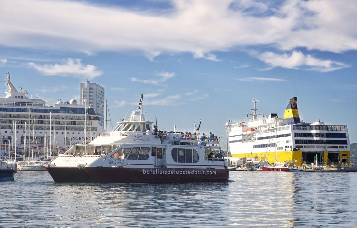 Veerboten-in-de-haven-van-Toulon