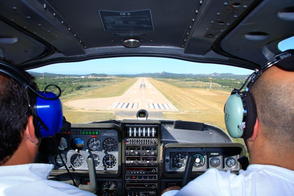 Vliegtuig-gaat-landen-op-Figari-Airport