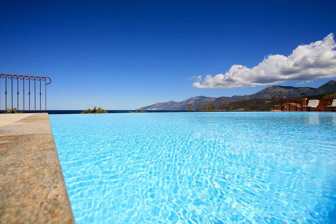 Zwembad-luxe-met-bergen-op-de-achtergrond