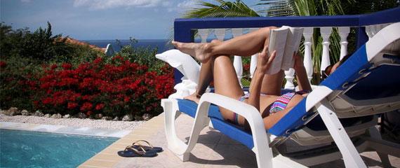 All-Inclusive-Corsica-dame-bij-het-zwembad