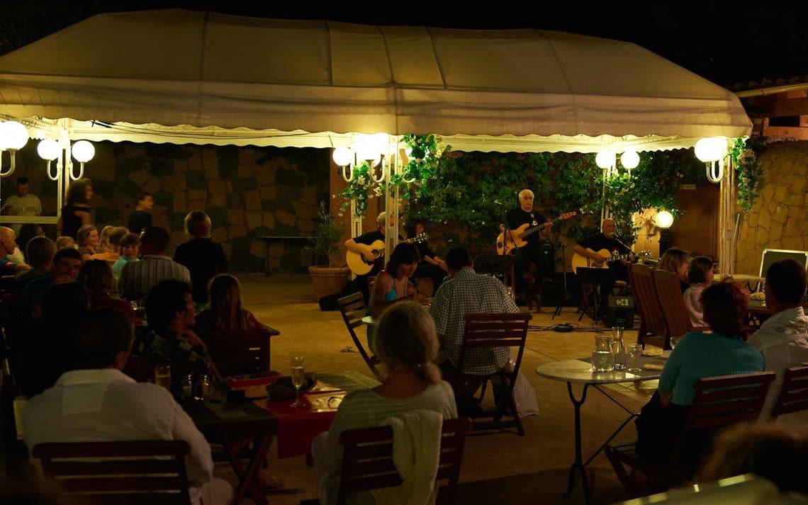 Camping-Les-Oliviers-Corsica-restaurant-avond