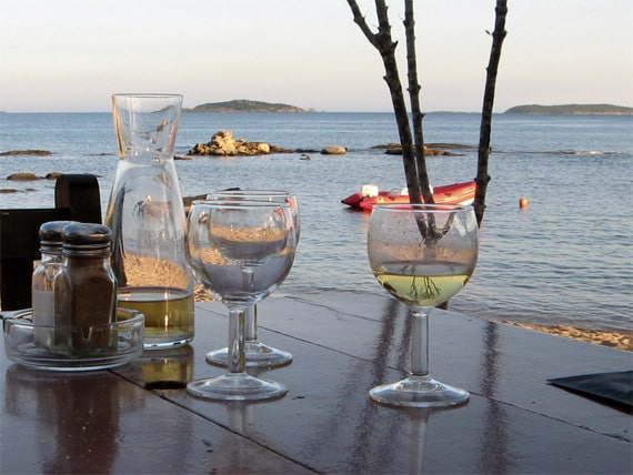 Corsicaanse-wijn-aan-het-strand