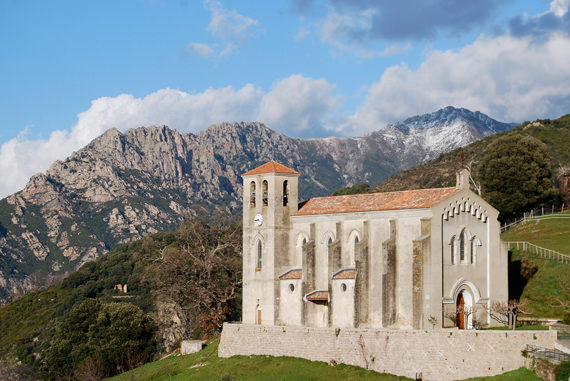Cuttoli-Corticchiato-kerk-in-het-dorp