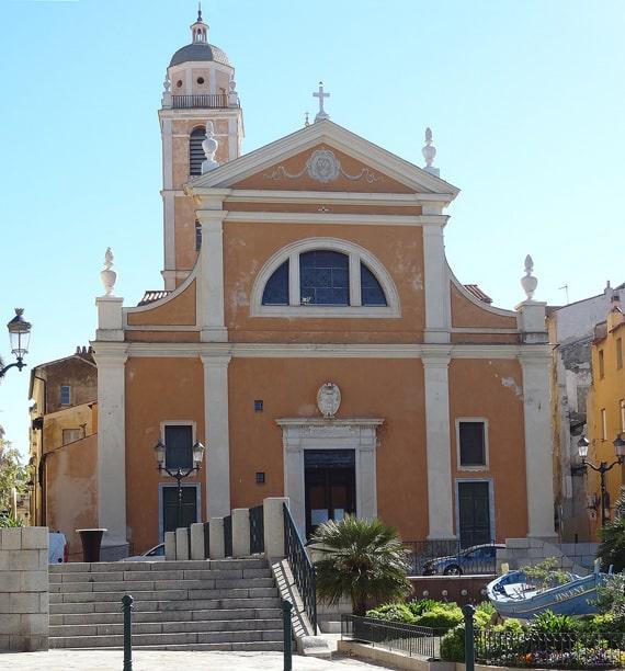 De-kathedraal-van-Ajaccio-met-straat-ervoor