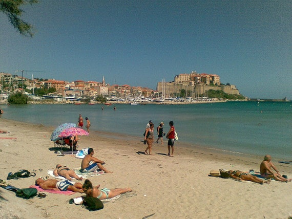 Het-strand-van-Calvi-een-heerlijk-wit-strand-drukke-dag