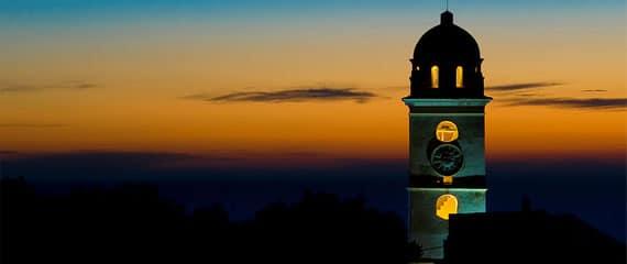 Kerktoren-van-Canari-in-de-avond