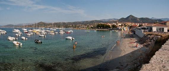L-Ile-Rousse-met-een-strand