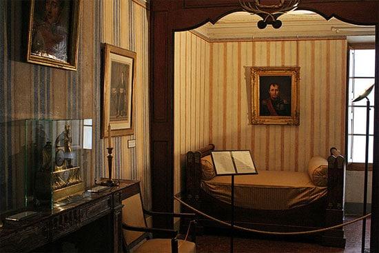 Mais-Bonaparte-huis-van-Napoleon-binnen-en-bed