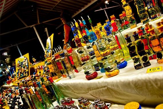 Marktkraam-met-glaswerk-op-Corsica