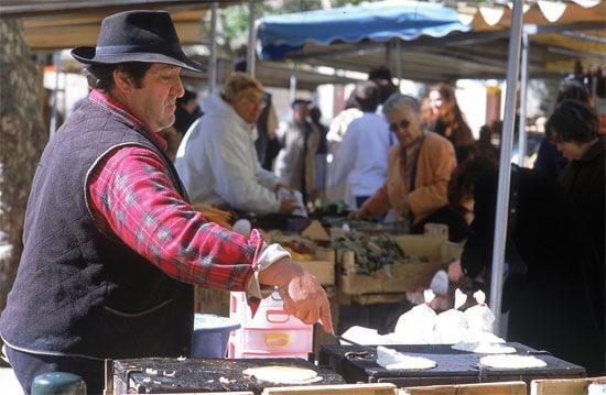 Place-du-Marche-Bastia-marktkoopman-maakt-brocciu