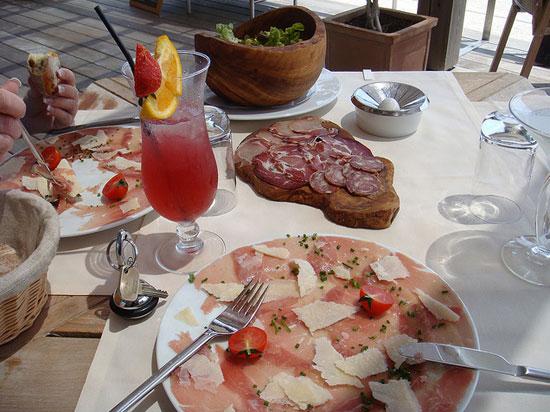 Restaurants-op-Corsica-in-het-binnenland-met-vlees