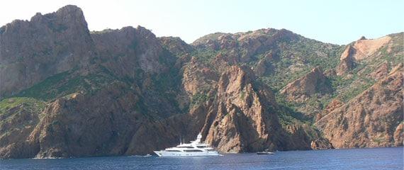 Schip-bij-Porto-natuur-in-Corsica