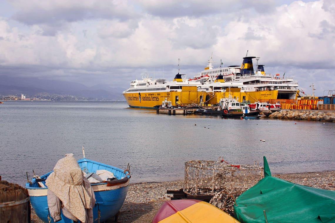 Veerboten-voor-de-kust-van-Savona