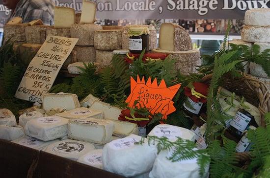 Verschillende-kazen-op-Corsica-aanbod-markt